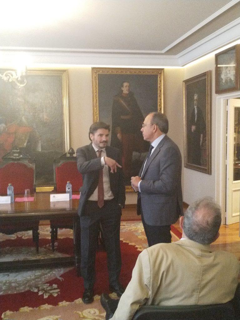 Ramón Yzquierdo Peiró, a la izquierda hablando con Francisco Loimil Garrido.