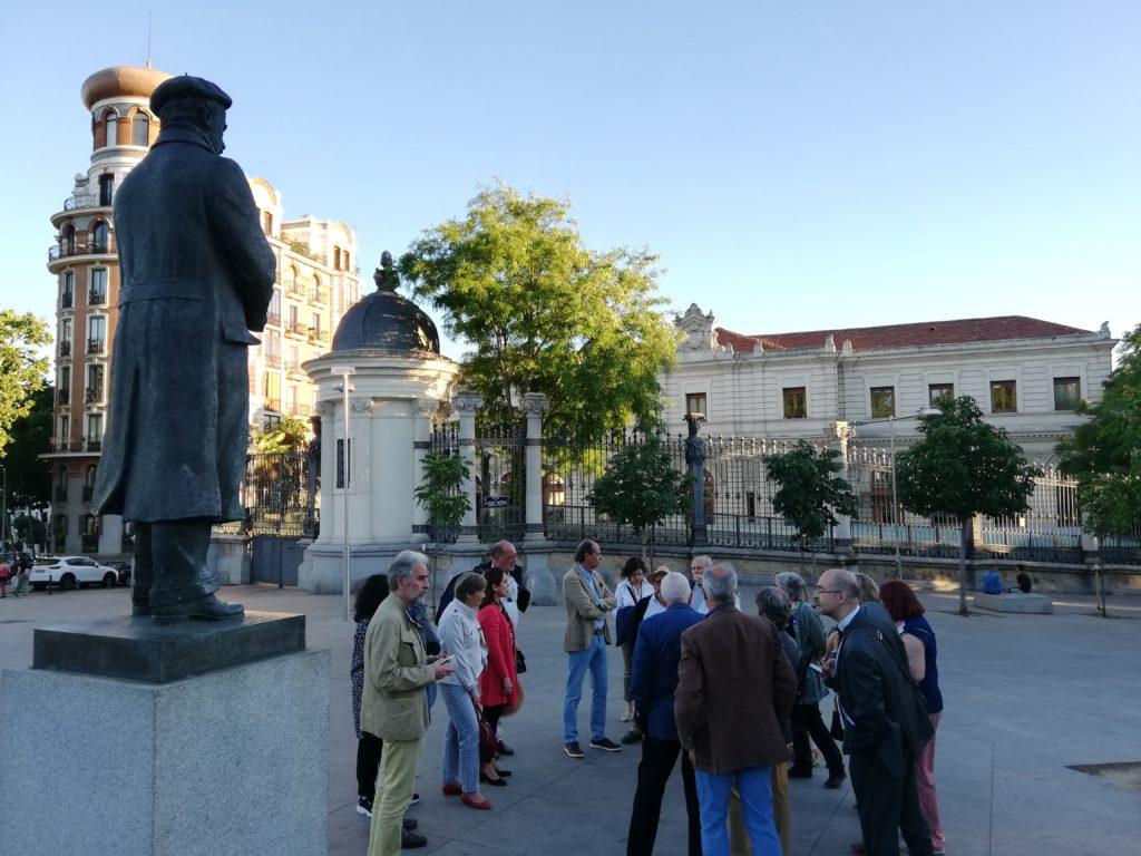 frente a la estatua de Pío Baroja