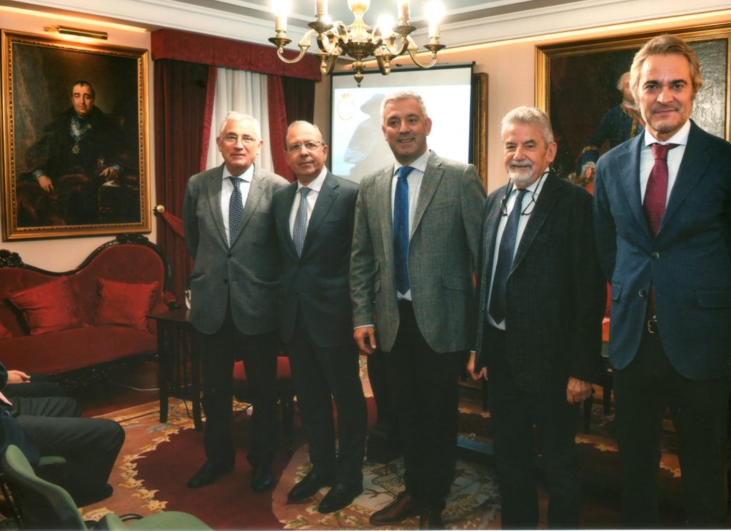 Foto 1. En la Sala de Juntas de la RSEAPS, de izquierda a derecha, José Manuel García Iglesias, Francisco Loimil Garrido, Valentín García Gómez, Xesús Palmou Lorenzo y Ulises Bértolo García.