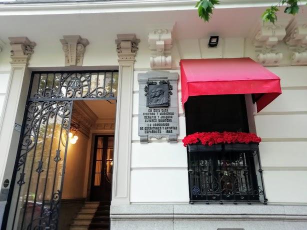 Placa en memoria de los Hermanos Quintero en el número 76 de la Calle Velazquez de Madrid