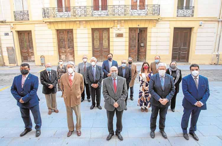 Foto de familia de la junta directiva de la bicentenaria institución, en la calle del Aire, ante su sede. (fotografía de PABLO SÁNCHEZ)